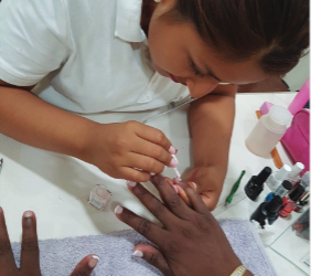La Mano Que Ayuda realiza, quincenalmente, sesiones de belleza para gente sin recursos